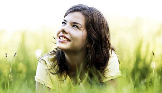 Chica sonriendo con fondo naturaleza